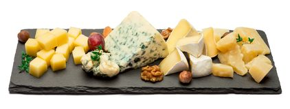 Vari tipi di formaggi - brie, camembert, roquefort e cheddar sul bordo di pietra Immagini Stock Libere da Diritti