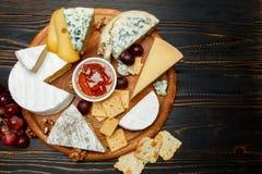 Vari tipi di formaggi - parmigiano, brie, roquefort, cheddar fotografia stock libera da diritti