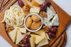 Vari tipi di formaggi su un bordo di legno Immagine Stock