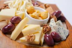 Vari tipi di formaggi su un bordo di legno Fotografia Stock Libera da Diritti
