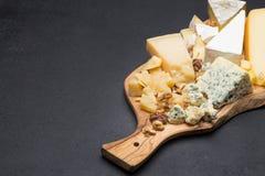 Vari tipi di formaggi sul bordo di legno Fotografia Stock
