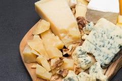 Vari tipi di formaggi sul bordo di legno Fotografia Stock Libera da Diritti