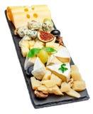 Vari tipi di formaggi sul bordo di pietra Immagini Stock
