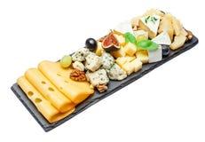 Vari tipi di formaggi sul bordo di pietra Immagine Stock