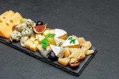 Vari tipi di formaggi sul bordo di pietra Immagine Stock Libera da Diritti