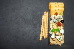Vari tipi di formaggi sul bordo di pietra Fotografia Stock