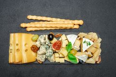 Vari tipi di formaggi sul bordo di pietra Fotografie Stock Libere da Diritti