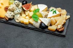 Vari tipi di formaggi sul bordo di pietra Fotografia Stock Libera da Diritti