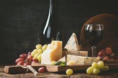 Vari tipi di nature morte del formaggio fotografia stock libera da diritti