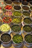Vari tipi di tè fatti dalle foglie di tè e dalle erbe differenti Fotografia Stock