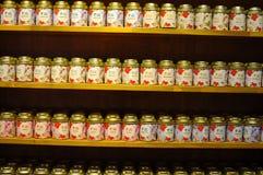 Vari tipi di tè fatti dalle foglie di tè e dalle erbe differenti Fotografie Stock Libere da Diritti