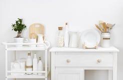 Vari utensili e stoviglie della cucina con mobilia bianca d'annata elegante Fotografia Stock