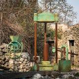 Vari vecchi dispositivi agricoli d'annata arrugginiti in Croazia Fotografia Stock Libera da Diritti