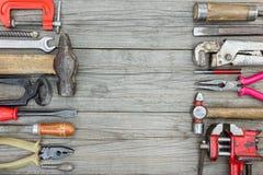 Vari vecchi strumenti e strumento arrugginiti per il lavoro manuale e il constru Immagini Stock