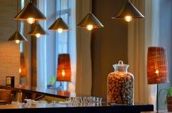 Vari vecchi sugheri della bottiglia di vino in un vaso di vetro Fotografia Stock Libera da Diritti