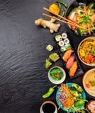 Variação asiática do alimento com muitos tipos das refeições e do sushi foto de stock royalty free