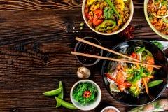 Variação asiática do alimento com muitos tipos das refeições Vista superior imagens de stock