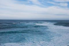 Variação de uma opinião do oceano/mar, linha reta do horizonte, todas as máscaras do azul, Victoria, Austrália Imagem de Stock Royalty Free