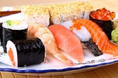 Variações do sushi com hashis, caviar vermelho Fotografia de Stock Royalty Free