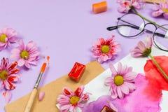 Varia arte e rifornimenti stazionari: i vetri, spazzole, acquerelli, hanno colorato i fiori ed altri accessori Fotografia Stock