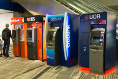 Varia banca ATMs all'aeroporto internazionale di Singapore Changi Immagine Stock