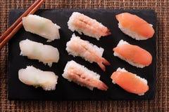 Varia disposizione del piano dei bastoncini di selezione dell'alimento giapponese dei sushi Fotografie Stock