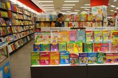 Varia esposizione di libri nella libreria popolare famosa Fotografia Stock