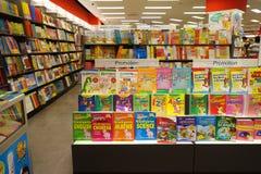 Varia esposizione di libri nella libreria popolare famosa Immagini Stock Libere da Diritti