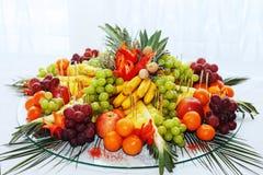 Varia frutta in un piatto di vetro Fotografia Stock Libera da Diritti