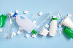 Varia immondizia di plastica sui precedenti blu-chiaro immagine stock libera da diritti
