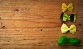 Varia miscela di pasta e di basilico, su backgroundDiet rustico di legno a Immagine Stock
