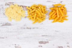 Varia pasta come ingredienti che contengono i carboidrati e fibra dietetica, nutrizione sana, spazio della copia per testo immagini stock