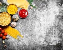 Varia pasta con salsa al pomodoro, le spezie ed i rosmarini Fotografie Stock Libere da Diritti