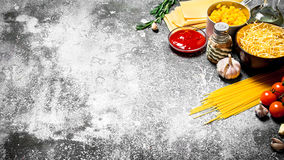 Varia pasta con salsa al pomodoro, le spezie ed i rosmarini Immagini Stock Libere da Diritti