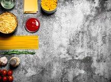 Varia pasta con salsa al pomodoro, le spezie ed i rosmarini Fotografia Stock Libera da Diritti