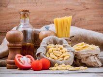 Varia pasta di concetto italiano dell'alimento con olio d'oliva condito e la s Fotografia Stock