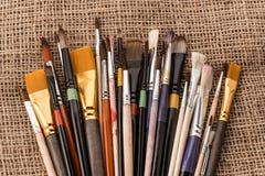 Varia raccolta dei pennelli su tela di sacco Fotografie Stock