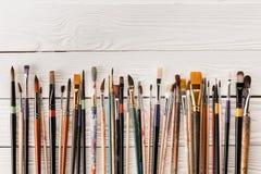 Varia raccolta dei pennelli sulla tavola di legno Fotografia Stock Libera da Diritti