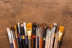 Varia raccolta dei pennelli sulla tavola di legno marrone Fotografie Stock Libere da Diritti