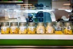 Varia selezione della pasta in barattoli identificati Fotografie Stock