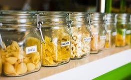 Varia selezione della pasta in barattoli identificati Fotografia Stock Libera da Diritti