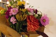 Variabla färgrika dekorativa blommor i vas Royaltyfria Foton