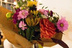 Variabla färgrika dekorativa blommor i vas Royaltyfri Fotografi