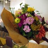 Variabla färgrika dekorativa blommor i vas Arkivbild