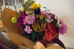 Variable bunte dekorative Blumen im Vase Stockfotografie