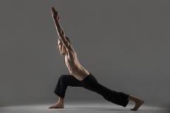 Variación del virabhadrasana 1 actitud de la yoga Imágenes de archivo libres de regalías