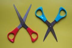 Variaciones de disposiciones de los artículos de los efectos de escritorio, tijeras en un fondo coloreado fotos de archivo libres de regalías