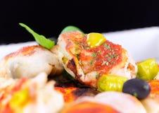 Variantion der Pizza - mit Kräuter Pesto, Huhn, Paprika, Pfeffer Stockfotos