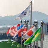 Varias banderas nacionales en las astas de bandera imagen de archivo