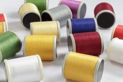 Varias bobinas del algodón roscan para las máquinas de coser Fotografía de archivo